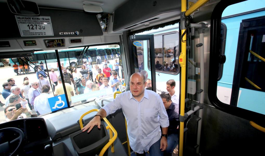 O prefeito de Fortaleza Roberto Cláudio (PT) entregou, nesta quarta-feira (25) um novo lote de 35 ônibus com ar condicionado. Com isso, a frota chega a quase 500 veículos refrigerados circulando na cidade, de um total de 2.008 cadastrados. Durante a solenidade, o chefe do Executivo municipal anunciou que até março do próximo ano todos os ônibus da Capital terão wi-fi e falou da extensão do Programa Bike Vida