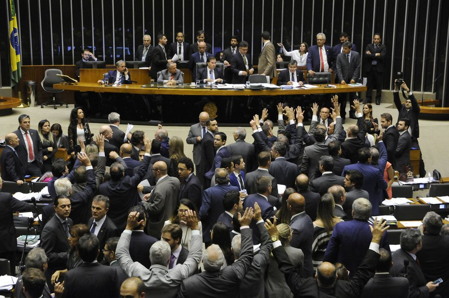 """Especialista ouvidos pela RFI Brasil criticam a reforma política aprovada pelo Congresso que deve valer já para as próximas eleições; para o cientista político Carlos Alberto de Melo, do Insper, o pacote de modificações sequer pode ser chamado de reforma política; """"Isso não é uma reforma política, é uma reforma eleitoral. A política é alguma coisa muito mais ampla, que o Brasil ainda vai ter de fazer"""", afirma; já o diretor do King's Brazil Institute, de Londres,Anthony Pereira, diz queapesar das falhas, o financiamento público é, potencialmente, uma mudança para melhor, sobretudo depois das revelações da operação Lava Jato; """"É um mecanismo mais transparente, em vez de o dinheiro ser distribuído clandestinamente pelas grandes empresas"""""""