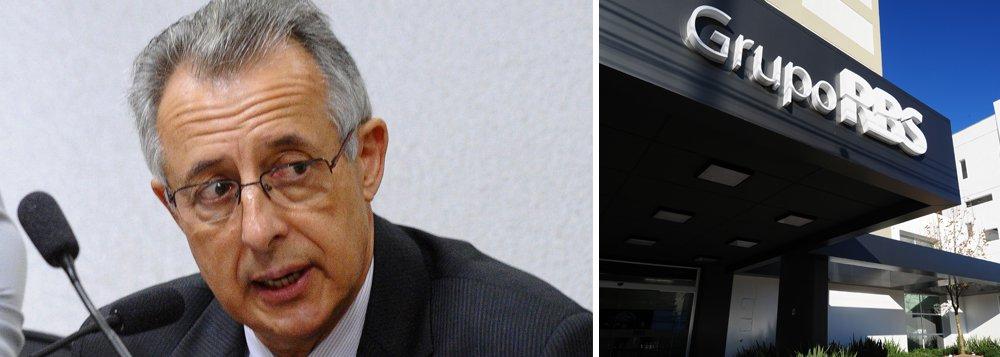 """Primeiro investigado a firmar um acordo de delação premiada no âmbito da Operação Zelotes, o ex-auditor da Receita Federal Paulo Roberto Cortez citou a RBS entre as empresas envolvidas num esquema de fraudes de decisões noConselho Administrativo de Recursos Fiscais (Carf), órgão de julgamento de recursos da Receita Federal; o grupo de comunicação do Rio Grande do Sul é suspeito de pagar cerca de R$ 15 milhões para a SGR Consultoria, do advogado José Ricardo da Silva, um dos principais investigados; o objetivo era influenciar a tramitação de processo de seu interesse no Carf; segundo Cortez, José Ricardo lhe ofereceu R$ 150 mil no êxito do caso, valor que ele definiu como """"migalha"""";além da afiliada da Globo, o delator mencionou Gerdau, Cimento Penha e Bank Boston"""