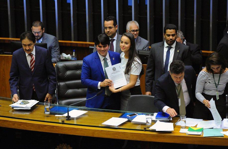 Plenário da Câmara dos Deputados aprovou, por 384 votos a 16, o substitutivo à Proposta de Emenda à Constituição (PEC) 282/16, do Senado, que acaba com as coligações para eleições proporcionais e cria uma cláusula de desempenho para os partidos poderem acessar recursos do Fundo Partidário e o tempo de propaganda em rádio e TV; de acordo com o substitutivo aprovado, da deputada Shéridan (PSDB-RR), haverá uma transição da cláusula de desempenho ao longo das eleições seguintes até as de 2030