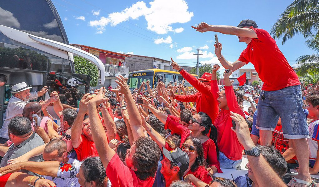 """""""Neste domingo, 49,7% dos amazonenses preferiram não votar ou anular o voto na eleição de um novo governador do estado, por conta da anulação do pleito de 2014. Pesquisa do instituto Ipsos sobre a rejeição aos políticos também avisou: os líderes de todos os grandes partidos têm rejeição elevadíssima, muito superior à do ex-presidente Lula"""", afirma a jornalista Tereza Cruvinel; """"Este quadro aponta um quadro temerário caso Lula seja impedido de disputar a eleição de 2018: o eleitorado nacional pode fazer como o do Amazonas e o novo presidente, se eleito por uma fração reduzida do eleitorado, terá um deficit de legitimidade perigoso, que afetará suas condições de governar, sujeitando o Brasil a uma continuada instabilidade política, com todas as suas consequência"""", acrescenta a colunista"""