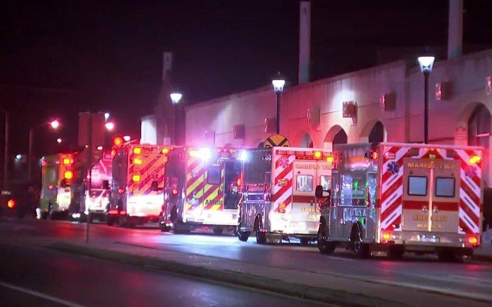 Pelo menos 40 pessoas ficaram feridas depois que um trem de alta velocidade se chocou com outro que estava estacionado e vazio em uma estação próxima da cidade da Filadélfia, no estado da Pensilvânia, nos Estados Unidos; no total, 42 pessoas, entre elas o maquinista do trem, sofreram ferimentos diversos, mas ninguém corre risco de morte
