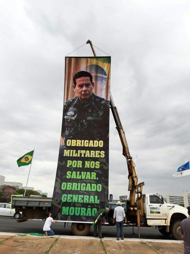 Eles Colocaram este imenso banner em frente a Esplanada dos Ministérios, em Brasília, em apoio ao General Mourão. E convocaram uma manifestação.Não foi ninguém