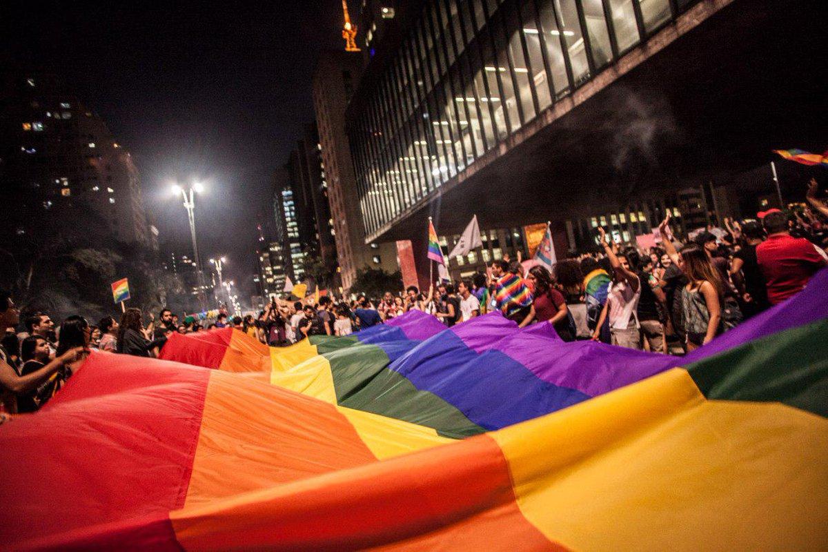 Ativistas LGBT realizaram um ato no fim da tarde desta sexta-feira (22) na Avenida Paulista, no centro de São Paulo, contra a liminar que permite a psicólogos tratar a homossexualidade como doença; a medida vai contra a Resolução 01/99, do Conselho Federal de Psicologia, que impede tais métodos, visto que a homossexualidade não é considerada como doença desde 1990 pela Organização Mundial da Saúde (OMS)