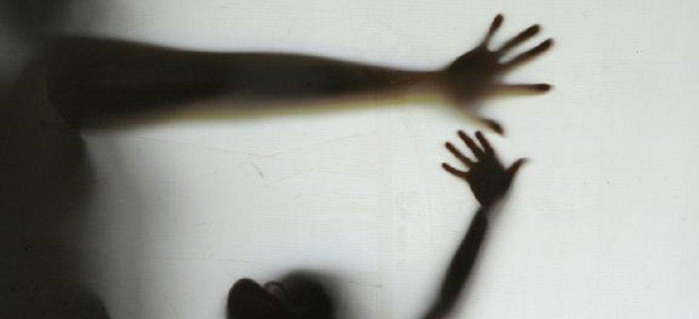 Apenas na última semana, foram registrados pelo menos cinco casos de mulheres assassinadas por seus companheiros ou ex-companheiros só em São Paulo; dado alarmante que reflete a realidade do Brasil, país com a quinta maior taxa de feminicídio do mundo; segundo a Organização Mundial da Saúde (OMS), o número de assassinatos chega a 4,8 para cada 100 mil mulheres; o Mapa da Violência de 2015 aponta que, entre 1980 e 2013, 106.093 pessoas morreram por sua condição de ser mulher; as mulheres negras são ainda mais violentadas; apenas entre 2003 e 2013, houve aumento de 54% no registro de mortes, passando de 1.864 para 2.875 nesse período