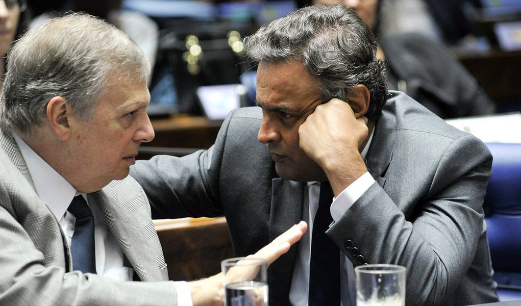 O senador cearense Tasso Jereissati, que comanda interinamente o PSDB, mandou passar um pente fino nos contratos firmados pelo partido nos últimos anos. Segundo o jornalista Lauro Jardim, do O Globo, a medida é uma espécie de auditoria nas contas aprovadas por Aécio Neves, ex-presidente da sigla