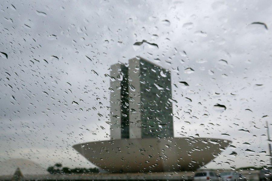 Caíram em Brasília nesta sexta-feira os primeiros chuviscos após 123 dias de seca; a previsão, porém, é de que não chova na próxima semana; de acordo com o Instituto Nacional de Meteorologia (Inmet), até a próxima sexta-feira (29) a capital federal vai continuar seca; por ser inicio da Primavera, as chuvas devem vir com maior frequência somente no mês de outubro, mas a previsão é de que as chuvas permaneçam abaixo da média