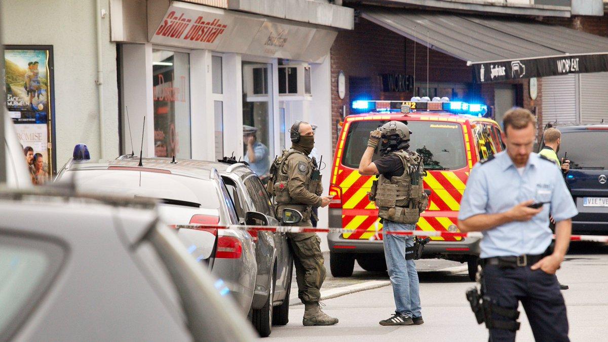 """Uma pessoa morreu e oito ficaram feridas em um ataque com faca na cidade de Wuppertal, em Renânina do Norte-Vestfália, na Alemanha, nesta sexta-feira (18); responsável pela agressão conseguiu fugir, mas as autoridades locais já iniciaram as buscas; """"Até o momento não há indícios de que possa ser um ataque terrorista, mas não podemos descartar a hipótese"""", afirmou um porta-voz da polícia alemã à Ansa; um outro ataque a faca, em Helsinque, Finlândia, matou duas pessoas e feriu várias também nesta sexta-feira"""