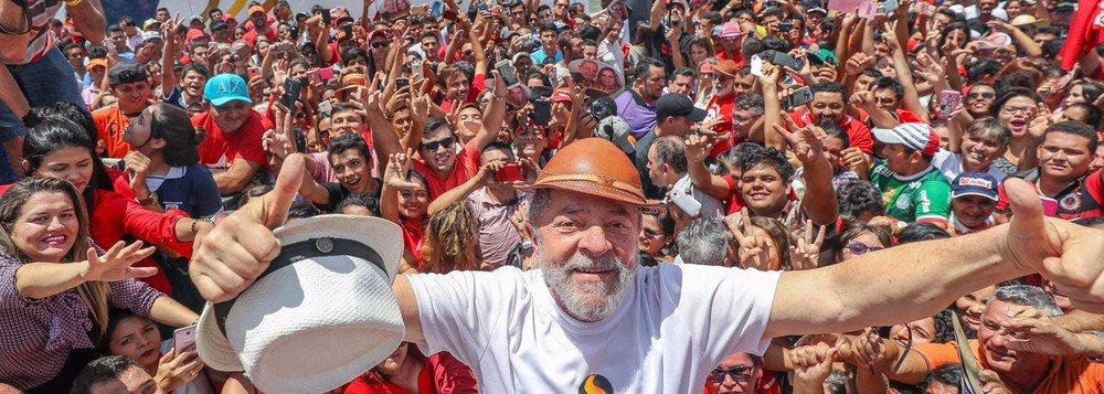 """""""O sentido das caravanas só ficará claro ao final do próximo ano. Começamos agora a contagem regressiva do ano que vai definir o futuro do Brasil por muito tempo. Temos que nos valer do que de melhor termos cada um de nós, multiplicar esforços e criatividade, fazer chegar o discurso do Lula aos mais amplos setores do pais, conversar, argumentar, dialogar. Fazer, como propôs o Lula, caravanas de educação, caravanas de cultura, por todo o pais. Esse ano decisivo será pautado pelas caravanas"""", avalia o sociólogo e colunista Emir Sader; para ele, é necessário um pouco mais de tempo para aferir o sentido das caravanas na reconquista da democracia, na recuperação da esperança e na própria historia contemporânea do Brasil"""