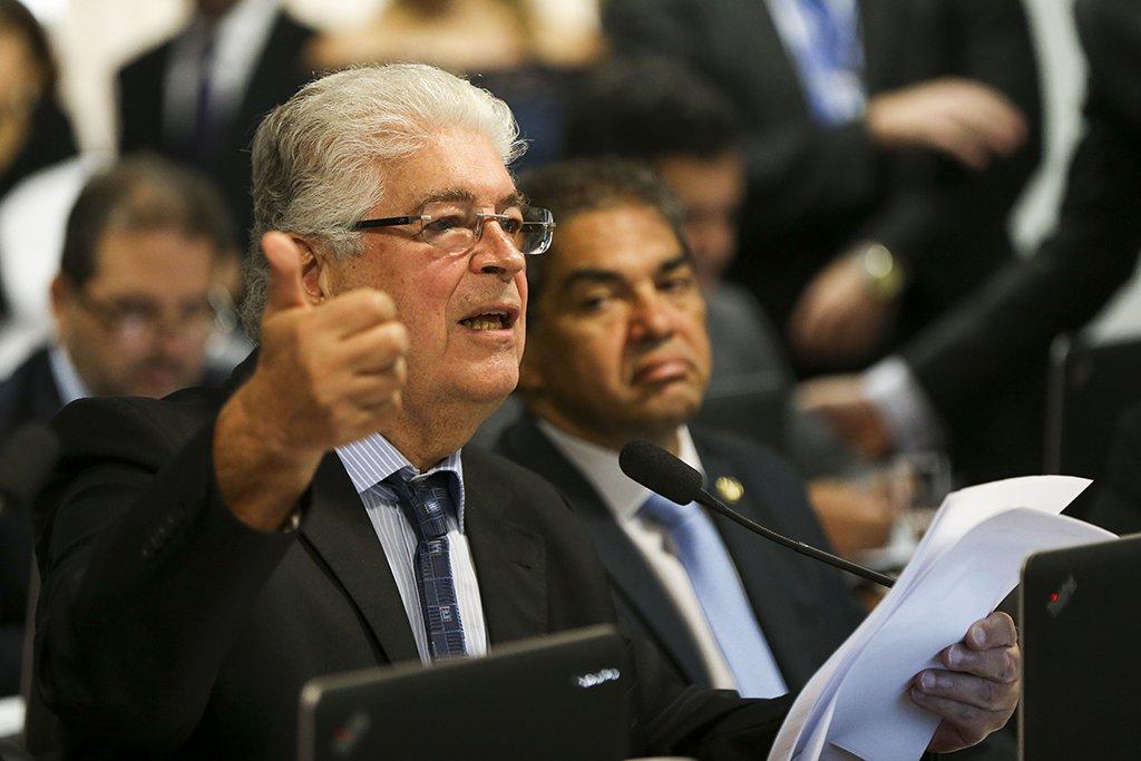 Brasília - O senador Roberto Requião durante sessão da Comissão de Constituição e Justiça do Senado para apreciar e votar o substitutivo das propostas que definem os crimes de abuso de autoridade (Marcelo Camargo/Agência Brasil)
