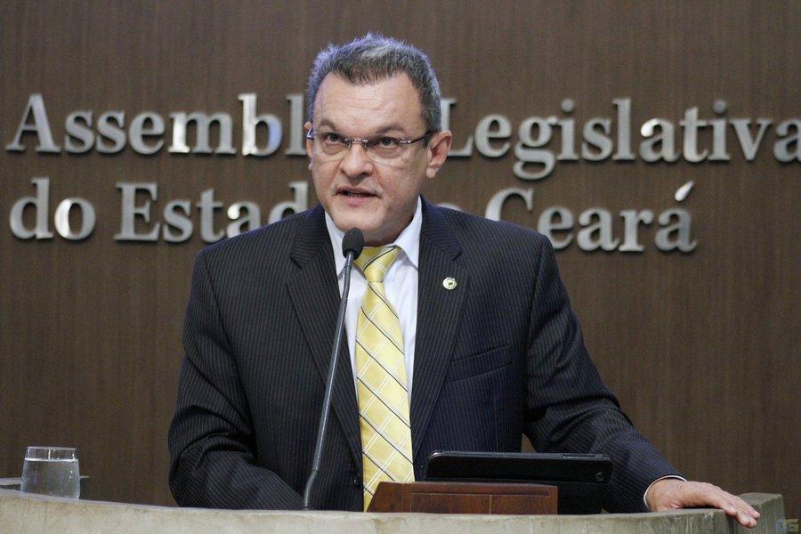 O Plenário da Assembleia Legislativa aprovou por unanimidade, nesta quarta (2), a composição do Conselho de Ética Parlamentar para o biênio 2017/2018. O deputado José Sarto (PDT) ficou com a presidência. Leonardo Pinheiro (PP), Evandro Leitão (PDT), Antônio Granja (PDT), Joaquim Noronha (PRP), Carlos Felipe (PCdoB), Elmano Freitas (PT), Ely Aguiar (PSDC) e Dra. Silvana (PMDB) também compõem o colegiado