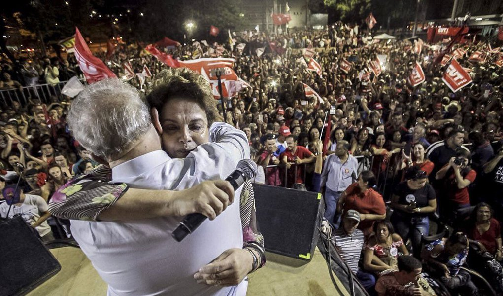 """Por mais que a Folha tenha tentado intrigar o ex-presidente Lula com a presidente deposta Dilma Rousseff, afirmando que Lula declarou que Dilma """"traiu seu eleitorado"""" em entrevista ao jornal espanhol El Mundo, declaração que ele nunca fez, o efeito parece ter sido contrário, como ficou demonstrado no ato em defesa da soberania realizado na noite desta segunda-feira 23 em Ipatinga, na abertura da caravana de Lula em Minas Gerais;Dilma lidera as pesquisas de intenção de voto no Estado para disputar o Senado em 2018"""