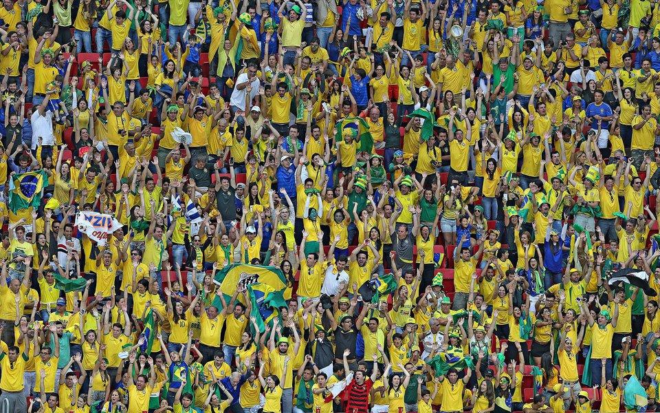 O governador do Rio, Luiz Fernando Pezão, sancionou lei que prevê punições a clubes de futebol por atos de racismo cometidos em estádios por torcedores ou membros; a lei prevê que as penalidades sejam aplicadas caso os clubes não adotem providências para esclarecer os fatos, como ajudar na identificação dos agressores; os clubes poderão receber uma advertência ou multas, que variam de 50 a 50 mil Ufirs, o que equivale a um mínimo de R$ 155 e máximo de R$ 155 mil