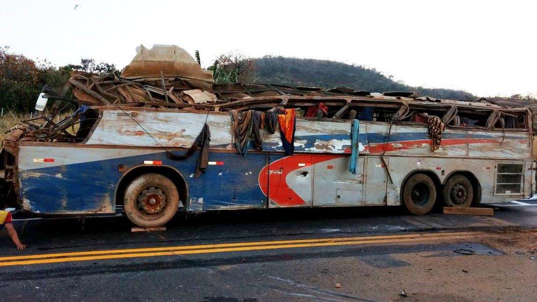 Ônibus com mais de 40 pessoas seguida de Alagoas para São Paulo e tombou sozinho em uma curva íngreme nesta madrugada,próximo a Serra do Salitre, em Minas Gerais; há dezenas de pessoas feriadas, encaminhadas aos hospitais da região