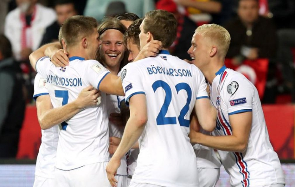 A Islândia, que tem apenas 330 mil habitantes,virou a nação com o menor número de habitantes a se classificar para a Copa do Mundo da Rússia; a equipe do norte da Europa derrotou o Kosovo por 2 a 0, na tarde desta segunda-feira, e assim obteve a vaga sem depender de ninguém; com os resultados desta tarde, a classificação final do Grupo I ficou com a Islândia isolada na liderança, com 22 pontos, seguida pela Croácia, com 20, e pela Ucrânia, com 17