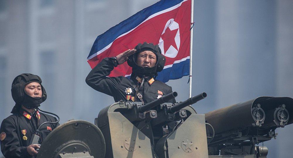 """Diário oficial norte-coreano comunicou sobre as intenções de Pyongyang durante as celebrações do Dia Nacional da Marinha; Pyongyang está preparada para """"afundar os EUA"""" caso a Coreia do Norte seja invadida pelos norte-americanos, comunicou o periódico oficial norte-coreano Rodong Sinmun durante as celebrações do Dia Nacional da Marinha; """"As forças navais invencíveis estão unidas no sentimento de que sepultarão a totalidade dos EUA debaixo de água se os EUA trouxerem a nuvem da guerra e agressão para esta terra"""", indicou o diário oficial do Partido dos Trabalhadores da Coreia do Norte, citado pela Yonhap"""