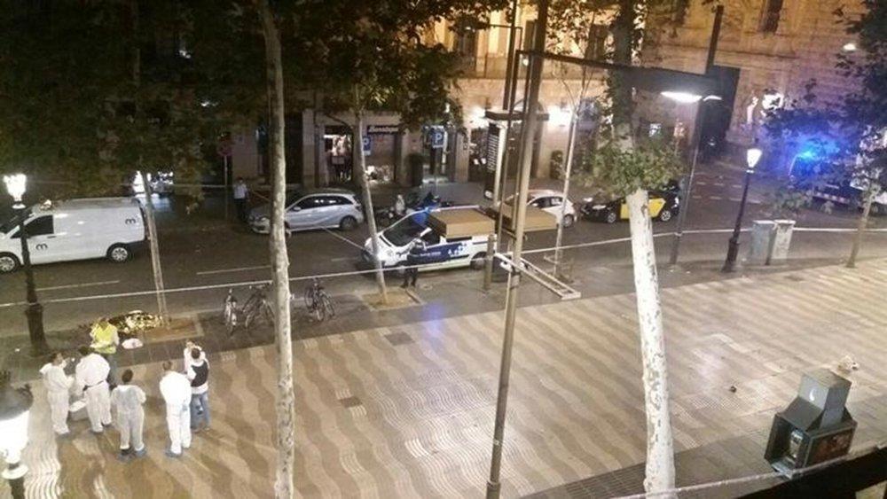 Funcionários forenses trabalham em local de ataque com van em Barcelona 17/8/2017 REUTERS/Giselle Loots
