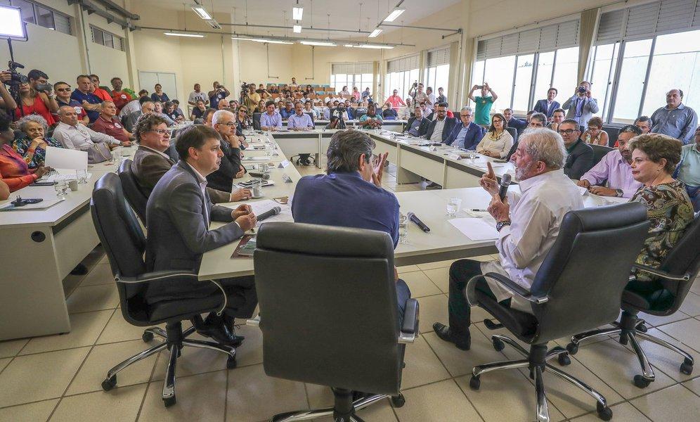 """Reitores de universidades e diretores de institutos federais de Minas Gerais pediram compromisso do ex-presidente Lula com a revogação da lei, promulgada em dezembro do ano passado; manifesto ocorreu em uma reunião neste domingo (29), em Diamantina (MG); o reitor daUniversidade Federal de Juiz de Fora (UFJF), Marcus David, afirmou que a legislação que contingencia investimentos públicos foi um grande equívoco; """"Claramente trata-se de uma estratégia para mudar o estado brasileiro"""", disse; """"A emenda 95 é um modo simplista da direita de achar que resolve o problema fiscal com um artigo"""""""