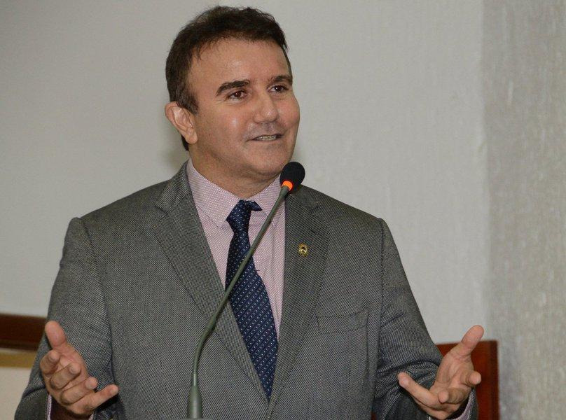 O deputado estadual Eduardo Siqueira Campos (DEM) apresentou na Assembleia Legislativa quatro requerimentos que visam o encaminhamento de votos de aplausos a várias autoridades, dentre elas o governador do Tocantins, Marcelo Miranda (PMDB) e o prefeito de Palmas, Carlos Amastha (PSB)