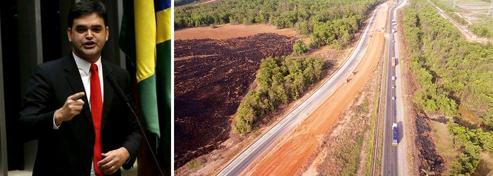 """O coordenador da bancada do Maranhão e deputado federal, Rubens Júnior (PCdoB), solicitou novo relatório do Departamento Nacional de Infraestrutura de Transportes (DNIT) sobre o andamento das obras das BRs no Maranhão/ """"Além de destinar emendas por meio da bancada, também estamos monitorando todas as obras, visto a importâncias dessas rodovias para o estado"""", explicou o parlamentar; de acordo com o DNIT, a obras de duplicação da BR-135 entre a Estiva e Bacabeira (km 25 ao km 51,3) estão 90% concluídas"""