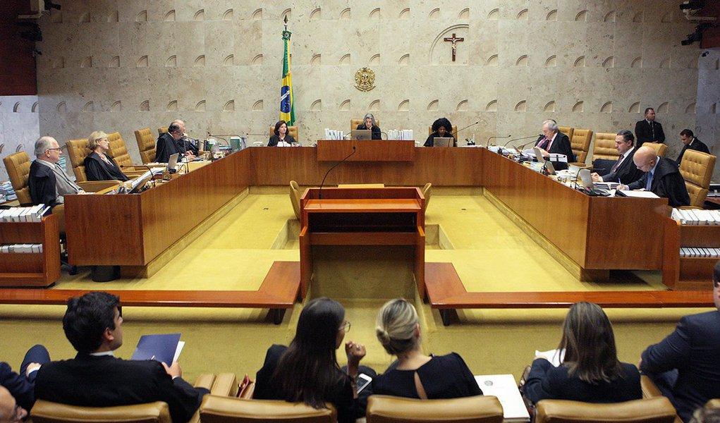 """""""As togas caíram. Magistrados estão nus, devassados. Depois de os ministros do Supremo Tribunal Federal tornarem-se coniventes com o golpe de Estado e verem as próprias misérias expostas em praças públicas, afloraram tensões na corte"""",avalia o colunista Laurez Cerqueira; para ele, o bate-boca entre os ministros Luiz Roberto Barroso e Gilmar Mendes é """"sintomático""""; """"Os termos que saltaram do palavrório deles são constrangedores"""", diz Laurez; """"O STF, guardião da Constituição, das garantias civis e do Estado democrático de direito, instância máxima de proteção da democracia, abandonou a nação ao relento da tempestade do golpe de Estado tramado por bandidos que se escondem na política"""""""