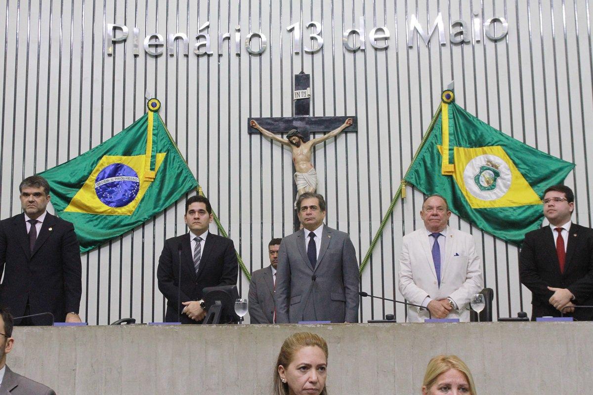 A Mesa Diretora da Assembleia Legislativa promulgou, nesta quinta-feira (17), a Emenda Constitucional que extingue o TCM. O texto, de autoria do deputado Heitor Férrer (PSB), entra em vigor a partir da publicação no Diário Oficial do Estado. Com a extinção do TCM, todos os servidores efetivos passam a integrar o quadro do Tribunal de Contas do Estado do Ceará (TCE), incluindo os procuradores e auditores que atuam perante os tribunais.Os conselheiros do TCM serão postos em disponibilidade - com direito e percepção integral das remunerações. Os servidores inativos e pensionistas do TCM irão integrar o quadro de inativos do TCE