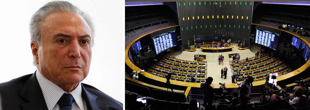A estratégia da oposição de não registrar presença no plenário da Câmara nesta quarta-feira, 25, para forçar o adiamento da votação da denúncia de organização criminosa e obstrução de Justiça contra Michel Temer está surtindo efeito; integrantes do Palácio do Planalto já discutem apresentar um requerimento de adiamento da votação; segundo a jornalista Andreia Sadi, a missão foi delegada ao líder do governo na Câmara, Aguinaldo Ribeiro (PP-PB)