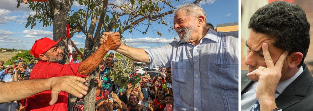 """""""A pesquisa CNT/MDA, divulgada hoje, é a primeira pesquisa do 'setor empresarial' divulgada desde que Sérgio Moro condenou o ex-presidente Lula à prisão, no dia 12 de julho. E o tiro saiu pela culatra"""", avalia o jornalista Fernando Brito, editor do Tijolaço sobre o levantamento que o ex-presidente Lula mantendo a dianteira da preferência do eleitor; """"Lula, não perdeu, continuou subindo e Bolsonaro firmou-se como adversário, coisa que os tucanos não conseguiram, enquanto Marina Silva permanece em seu constante estado de animação suspensa"""""""