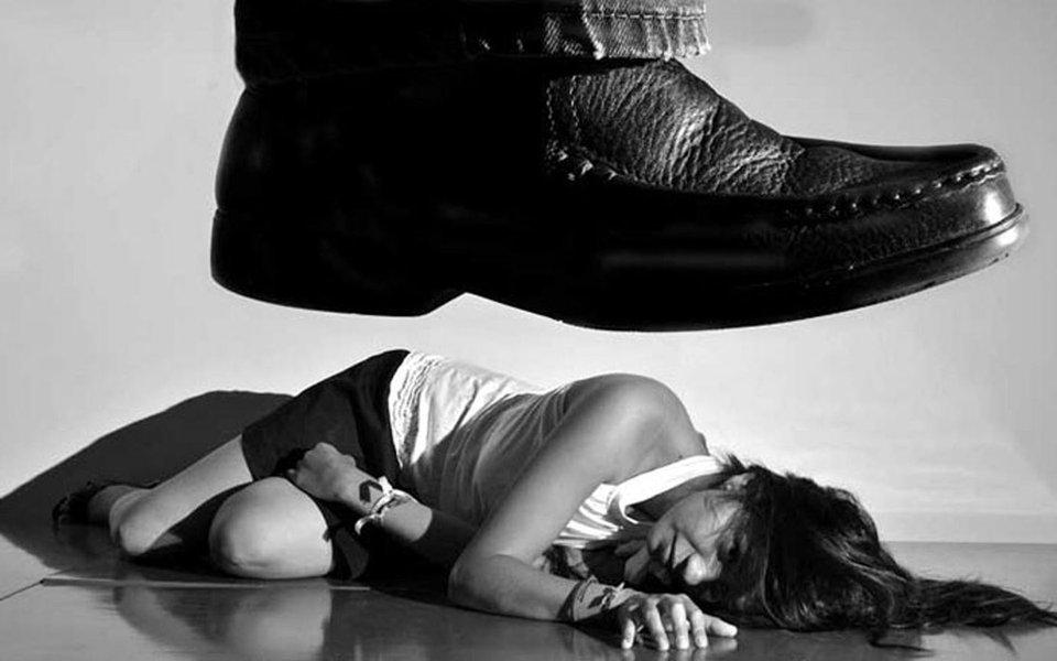 """O juiz Leandro Bittencourt Cano, de uma vara especializada em violência contra a mulher, em São Paulo, decidiu absolver um pai que espancou a filha de 13 anos com fios elétricos e depois cortou seus cabelos para evitar que ela saísse de casa. Tudo isso, após descobrir que a menina perdeu a virgindade com o namorado. O argumento do magistrado de Guarulhos é que o pai apenas quis aplicar uma """"medida corretiva"""" na garota, algo que faz parte do """"direito de correição"""""""