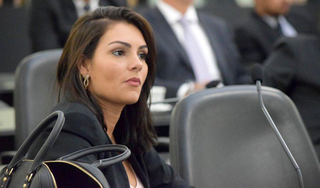 A deputada estadual Thaise Guedes (PMDB) foi indiciada, pela Polícia Federal (PF), por suspeita de participação em um esquema criminoso que desviou recursos da Assembleia Legislativa de Alagoas entre os anos de 2010 e 2013; servidores vinculados ao gabinete da deputada receberam indevidamente valores que somam R$ 220 mil; ela vai responder 25 vezes pelo crime de peculato, que corresponde aos salários recebidos indevidamente pelos servidores; o crime é caracterizado pela apropriação por parte de funcionário público de bem ou vantagem em função do cargo que ocupa; a pena prevista é de 2 a 12 anos