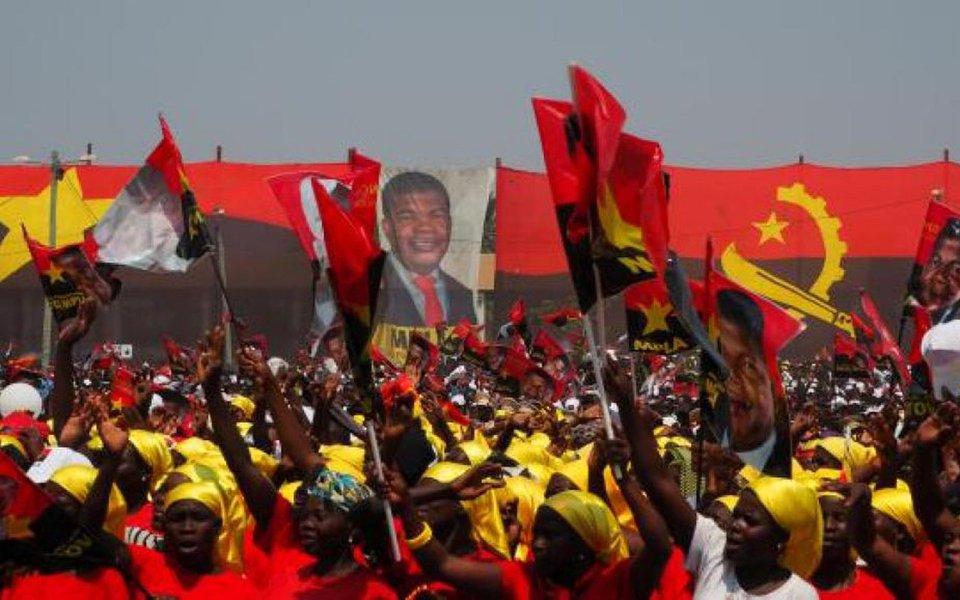Movimento Popular de Libertação de Angola (MPLA), partido no poder há quatro décadas, venceu as eleições desta semana com ampla vantagem; candidato do partido, João Lourenço, vai suceder José Eduardo dos Santos, que governa o país há 38 anos; Comissão Eleitoral Nacional informou, nesta quinta-feira (24), em Luanda, que o MPLA teve 64% dos votos; o partido, que governa Angola desde sua independência de Portugal, em 1975, já tinha previsto que ganharia com folga, mas o resultado mostrou uma retração do apoio desde as eleições de 2012