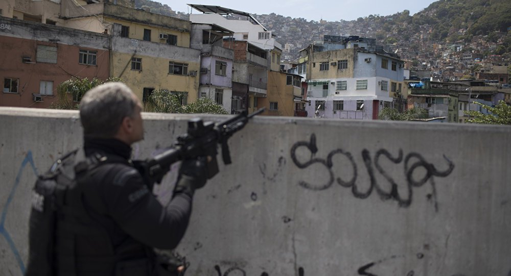 """""""Eu vejo isso como um problema de completa falta de sincronia entre as inteligências. A Rocinha foi uma tragédia que poderia ter sido evitada. O plano [de segurança] que foi montado há algum tempo deveria prever um trabalho de inteligência preventiva, o que não aconteceu. Infelizmente agora vamos agir depois do que aconteceu"""", disse o coronel Robson Rodrigues, Ex-Chefe do Estado-Maior da Polícia Militar do Estado do Rio de Janeiro e ex-Coordenador das Unidades de Polícia Pacificadora (UPPs)"""