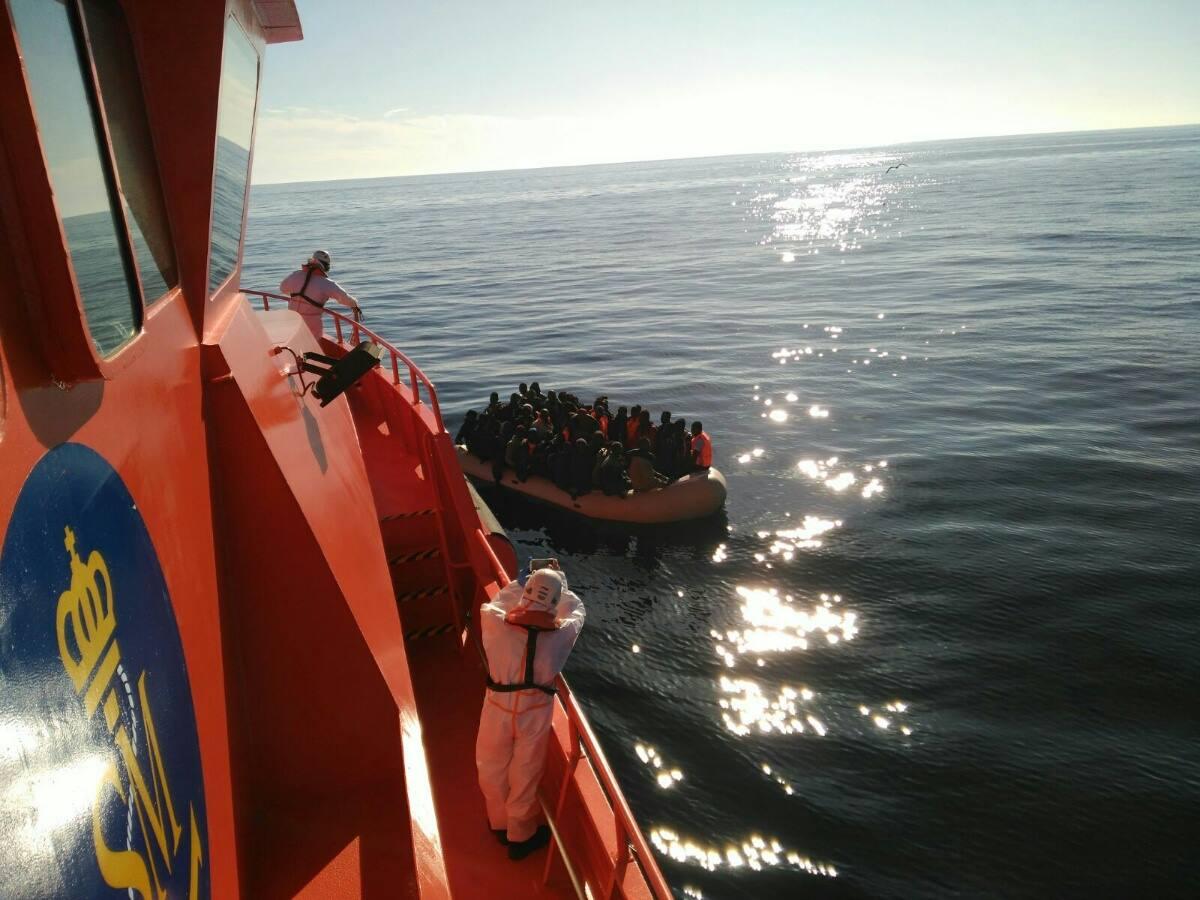 03/04/2017- 100 pessoas a bordo de dois barcos foram resgatados ontem pela tripulação do Guardamar Polimnia no Mar Alboran. Eles chegaram ao porto de Motril à noite. todos sãos e salvos
