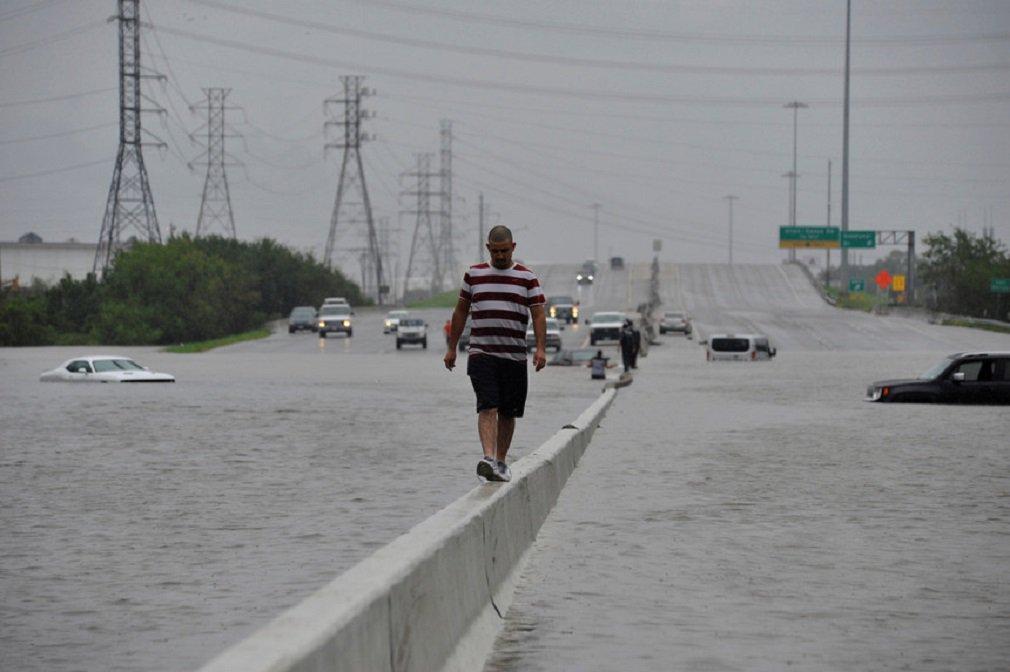 tempestade tropical Harvey deixou ao menos seis mortos e dezenas de feridos durante sua passagem neste domingo (27) pelo estado do Texas, nos Estados Unidos; cinco vítimas são de Houston, quarta maior cidade dos EUA com 2 milhões de habitantes; região foi atingida com intensidade pela tempestade neste domingo