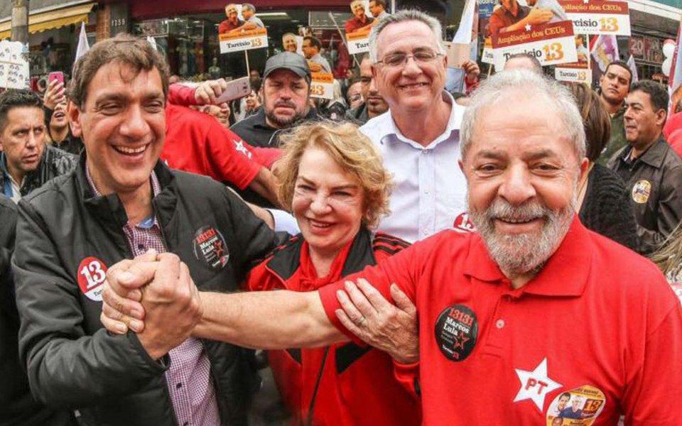 """O editor do Tijolaço, Fernando Brito, questiona a operação policial que fez uma batida na casa do filho do ex-presidente Lula após uma denúncia anônima sobre a existência de drogas no local; """"Não acharam nada, mas o que os impediria de ter 'plantado' algo?"""", questiona; """"Estamos sob uma ditadura e não vê quem não quer, ou – ainda pior – quem a quer"""", finaliza"""