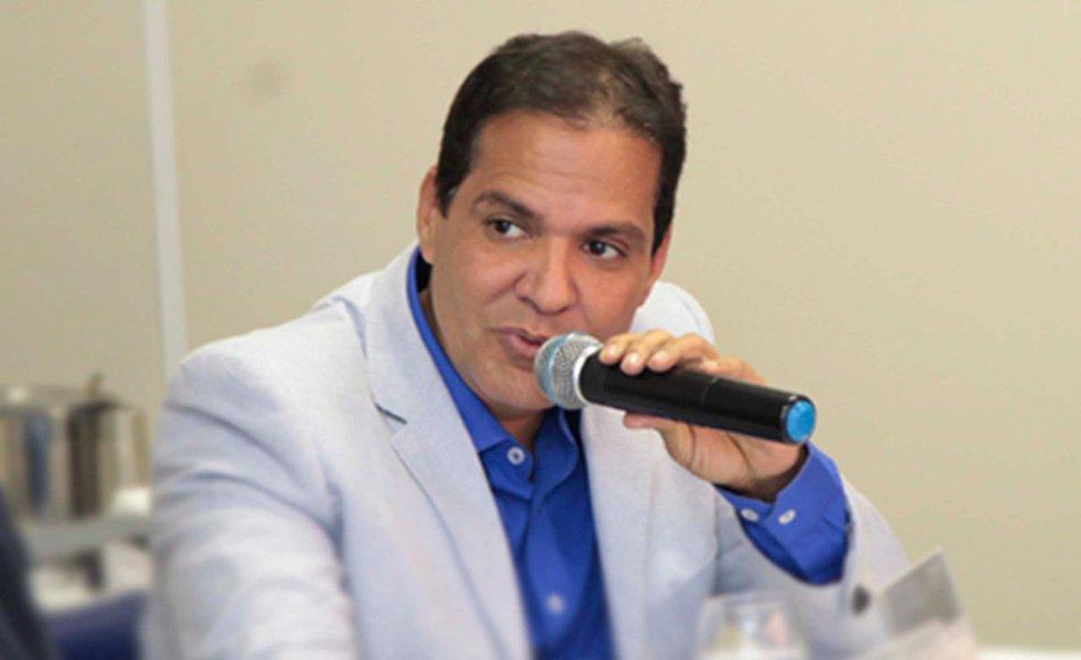 """Na avaliação do presidente da União dos Municípios da Bahia (UPB), Eures Ribeiro (PSD), o financiamento eleitoral a partir de um fundo exclusivamente público, acabando de vez por todas as doações privadas (mesmo de pessoas físicas), """"poderá dar espaço a aplicação de dinheiro proveniente do tráfico de drogas e da agiotagem""""; """"Meu temor é que se o Congresso não resolver de forma adequada, que na eleição do ano que vem o tráfico de drogas e a agiotagem financiem as campanhas, o que é muito temeroso. A bola está na mão do Congresso Nacional, mas nós sabemos qual o desfecho disso. Só temos que assistir calados, paralisados, qual vai ser o caminho"""", diz Eures, que é prefeito de Bom Jesus da Lapa"""