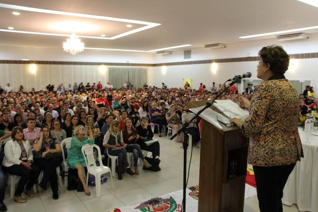 """Em aula pública proferida no Curso de Pós-Graduação 'A Esquerda no Século XXI', em Chapecó, Santa Catarina, a presidente deposta pelo golpe Dilma Rousseff lembrou que """"desde o início houve uma tentativa de impedir que nós nomeássemos este fato como golpe de Estado""""; é """"típico dos processos autoritários que haja uma fragilidade da postura e pensam que eliminam o fato não mencionando a palavra"""", afirmou"""