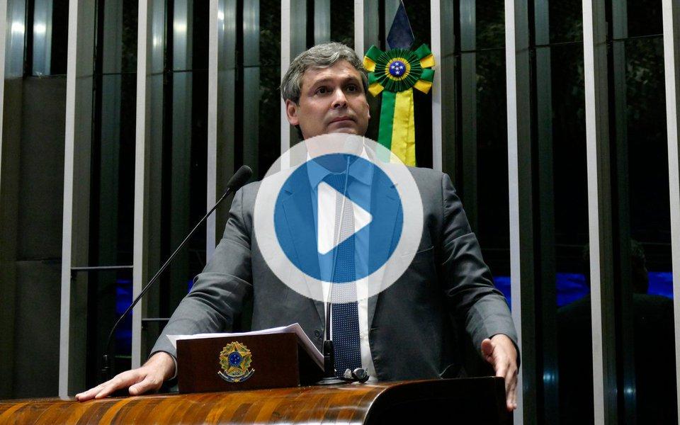 """O senador Lindbergh Farias (PT) afirmou em vídeo que """"defender Lula é defender o Brasil""""; """"Querem uma eleição de cartas marcadas e estão retirando todos os direitos""""; parlamentar se diz inconformado com a perseguição contra o ex-presidente Lula; """"Pegaram o depoimento de Palocci sem prova algumas. Mas, com o Lula não tem nada""""; """"As pessoas já estão achando normal essa perseguição. Chamo todos a engrossar essa defesa do Lula"""""""