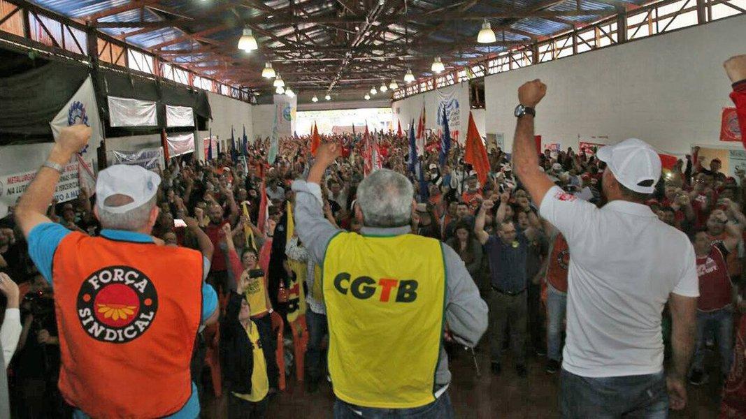 """De acordo com a Agência Sindical a Plenária Nacional dos Trabalhadores na Indústria, que acontece nesta sexta (29), em São Paulo, conta com a presença de cerca de 1.500 participantes entre dirigentes de Centrais, Federações, Confederações e Sindicatos; movimento faz parte da iniciativa Brasil Metalúrgico para unificar estratégias contra as reformas da Previdência e, especialmente, a trabalhista;""""Vamos mostrar que estamos aqui com os punhos cerrados em defesa dos empregos que foram roubados do povo brasileiro"""", ressaltou o presidente da Federação de Trabalhadores e Trabalhadoras do Brasil (Fitmetal) Marcelino da Rocha durante a plenária"""