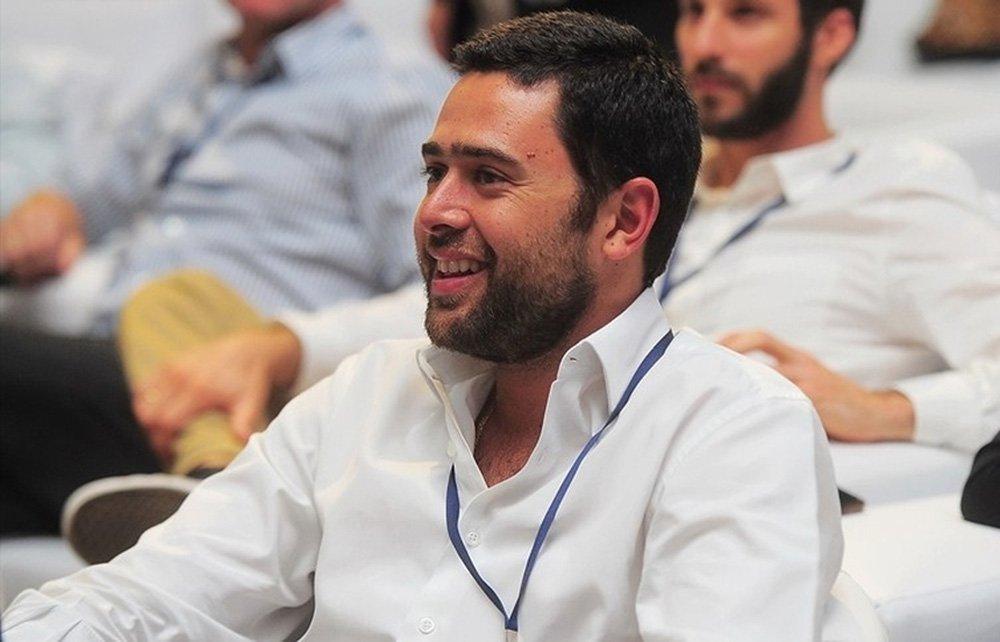 """O filho de José Roberto Marinho assumiu o setor de Esporte após a unificação de 3 produtos Globo, em meio à demissão de cerca de 50 profissionais produtores de conteúdo; editoria saiu das mãos de Ali Kamel, ou seja, não estará mais subordinada ao jornalismo, pois ficará sob responsabilidade de Roberto Marinho Neto; segundo o jornalista Sidney Rezende, o """"critério para as demissões, segundo apurou o site, foi dispensar os mais antigos da empresa, maiores salários e que, recentemente, estavam engajados em projetos como Copa do Mundo e Olimpíadas, e que agora tornaram-se mão de obra desnecessária"""""""