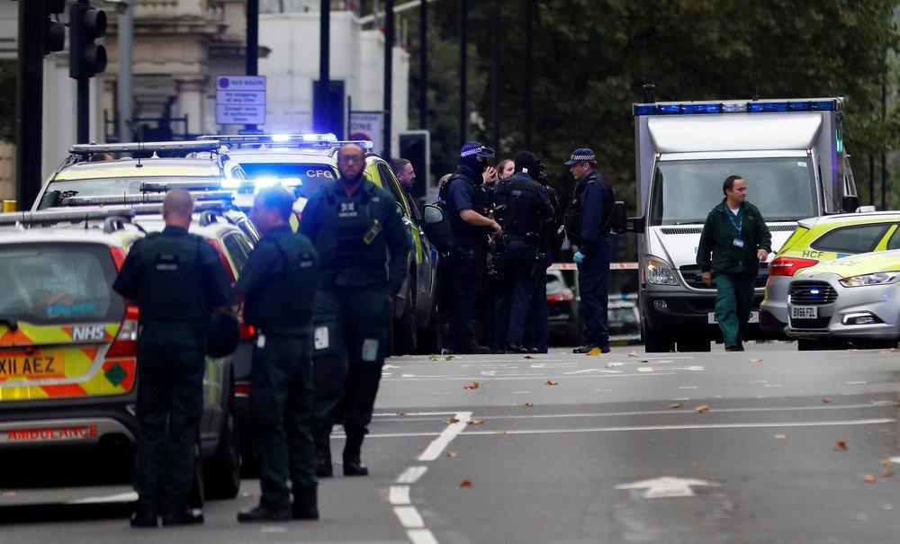 A polícia de Londres disse neste sábado que vários pedestres ficaram feridos perto do Museu de História Natural e que um homem foi detido no lugar, mas que o caso não está sendo tratado como terrorismo; de acordo com a mídia britânica, um carro invadiu a calçada perto da atração turística