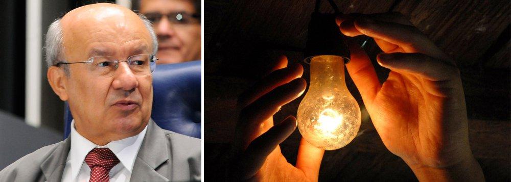 """Entre janeiro e maio, o governo Temer investiu apenas R$ 75 milhões do orçamento de R$ 1,18 bilhões previstos para novas instalações de luz elétrica no país; mesmo com o aumento dos desembolsos entre junho e julho, o montante de R$ 252 milhões atingido em julho representa apenas 21% orçamento previsto para o Luz para Todos, quando o percentual empenhado já deveria atingir 59%;""""O governo Temer não tem qualquer compromisso com a população mais pobre e necessitada do País. O desmonte do programa Luz para Todos é mais um exemplo disso. Enquanto perdoa dívidas da elite, Michel Temer condena milhares de famílias à escuridão do século passado, à base da lamparina"""", diz o senador José Pimentel (PT-CE)"""