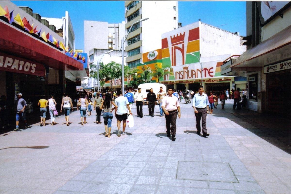 De acordo com a estimativa da população nacional para 2017 feita pelo Instituto Brasileiro de Geografia e Estatística (IBGE), Alagoas tem 3.375.823 habitantes, um aumento de 0,5% com relação a 2016, quando o estado tinha 3.207.032 pessoas; Maceió, como esperado, é o município mais populoso, com 1.029.129 moradores; em seguida vêm Arapiraca, com 234.185; Rio Largo, com 76.019; município com menor população é Pindoba, com 2.953