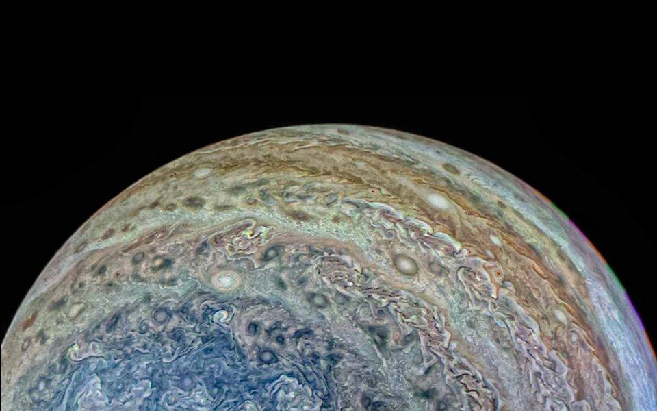 O Universo é maravilhoso! Com suas constantes tempestades e gigantescas turbulências atmosféricas, as fotos de Júpiter tiradas pela sonda Juno mais parecem obras de arte de algum pintor apaixonado pelas cores e nervuras dos mármores. Com um vídeo em time-lapse, ao final.