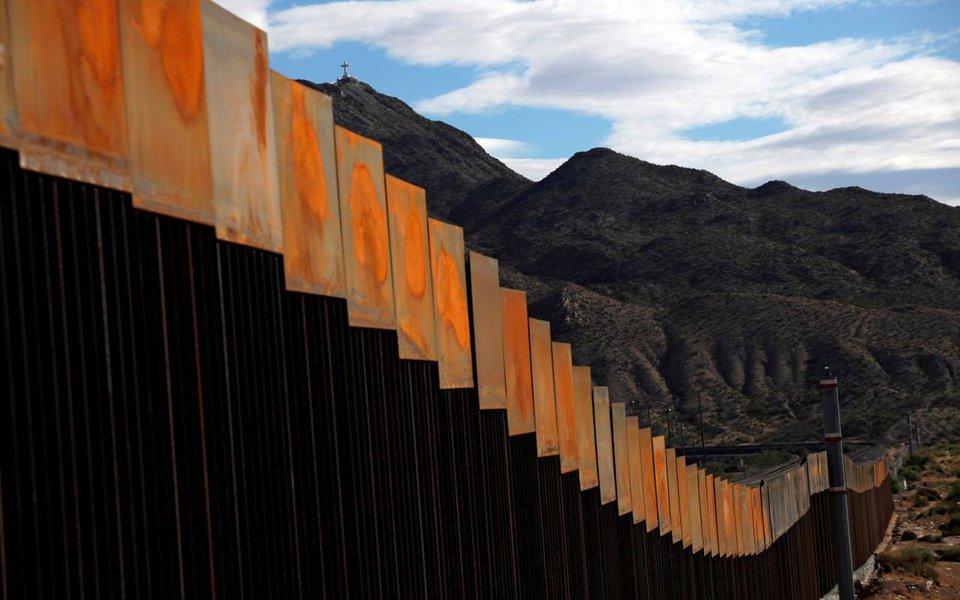 """Presidente dos EUA, Donald Trump, que prometeu ajudar a proteger os jovens levados ilegalmente ao país na infância, os chamados """"dreamers"""", pediu que qualquer acordo de imigração inclua o financiamento de um muro na fronteira com o México; em uma lista de """"princípios"""", o governo Trump também pressionou pela repressão a menores desacompanhados que entram nos EUA, muitos deles saídos da América Central"""