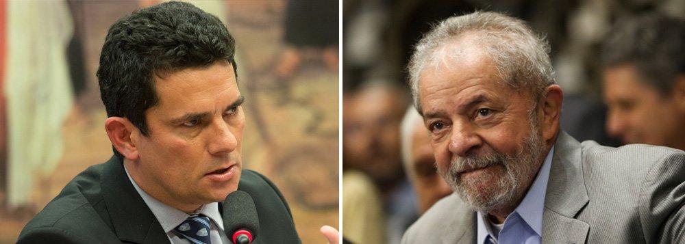 """Depois de condenar o ex-presidente Lula a nove anos e meio de prisão pelo chamado """"triplex do Guarujá"""", numa polêmica decisão, o juiz Sérgio Moro tornou o ex-presidente réu pela terceira vez nesta terça-feira; agora, o juiz de Curitiba aceitou denúncia do Ministério Público no caso do sítio de Atibaia, no interior de São Paulo; segundo a nova acusação, a Odebrecht, a OAS e também a empreiteira Schahin gastaram R$ 1,02 milhão em obras de melhorias no sítio em troca de contratos com a Petrobras; a denúncia inclui ao todo 13 acusados, entre eles executivos da empreiteira e aliados do ex-presidente, até seu compadre, o advogado Roberto Teixeira"""