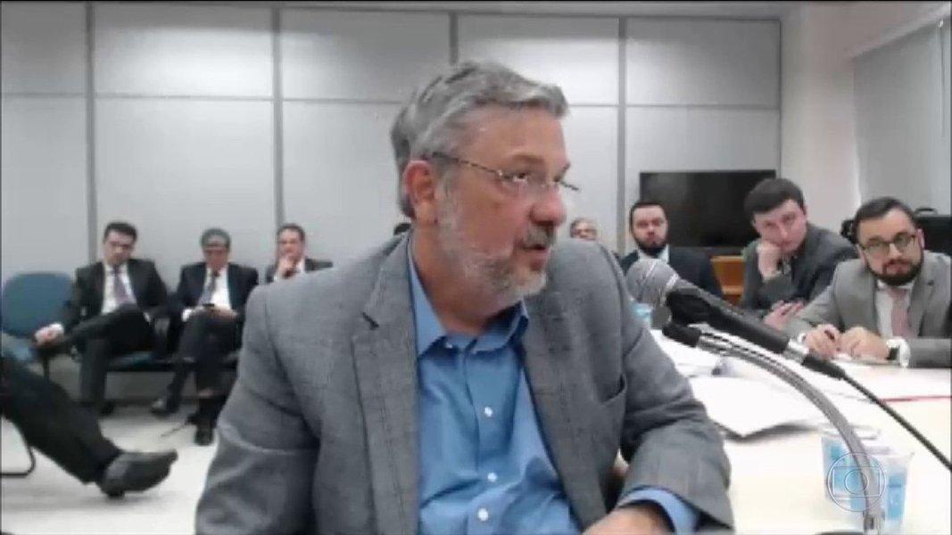 """O jornalista Kiko Nogueira,editor do Diário do Centro do Mundo, afirmou nesta quarta-feira (07), que a delação do ex-ministro Antônio Palocci foi recebida pelos colunistas da mídia como indício da """"morte do ex-presidente Lula""""; """"Quem morreu ali não foi o ex-presidente, mas o próprio Palocci e a noção de decoro do Judiciário. Um espetáculo imoral horrendo, o oposto do suicídio ritual do haraquiri, fundado na honra"""", diz Nogueira"""