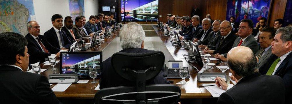 Prefeitos e prefeitas de todas as regiões do Maranhão estão apreensivos; o governo federal não cumpriu acordo, firmado no último dia 11 em Brasília, no qual se comprometeu em depositar nas contas dos municípios, até o fim deste mês de julho, R$ 168 milhões referentes a antecipação da compensação do Fundeb; com o não cumprimento do acordo, gestores municipais estão preocupados, principalmente em relação à folha de pagamento do setor da educação; foto: reunião para o acordo, em Brasília