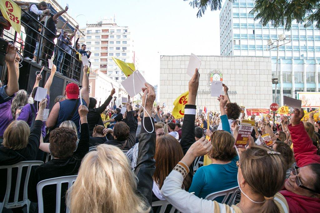 01/08/2017 - PORTO ALEGRE, RS - Assembleia do Cpers em frente ao Palácio Piratini para definir sobre greve