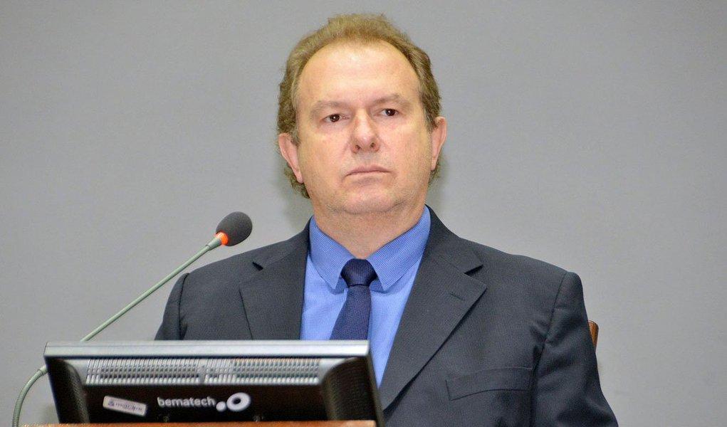 O presidente da Assembleia Legislativa do Tocantins, Mauro Carlesse (PHS), recorreu ao Judiciário estadual com um Mandado de Segurança com pedido de liminar para bloquear mais de R$ 33 milhões das contas do Poder Executivo; o motivo da ação é o não repasse das cotas de duodécimo; Legislativo diz que desde julho tem enviado ofícios solicitando a integralidade e os repasses em atraso, mas suspeita que inexista intenção de quitação do débito